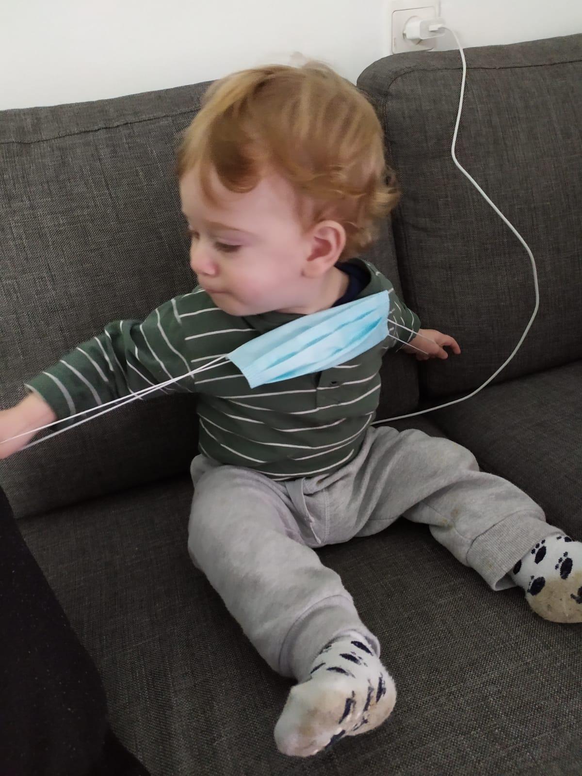 איך לטפל בתינוקות שמסרבים לעטות מסכה בטיסה