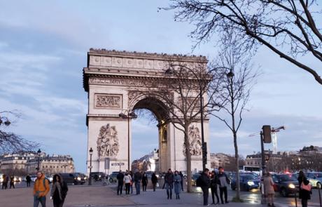 פריז שבשבחה אין להפריז/ נחום שניצר